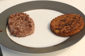 Steak de soja face à un steak de boeuf